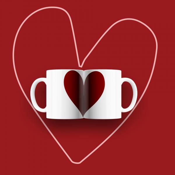 Conjunto de duas canecas estampada com um coração vermelho grande.
